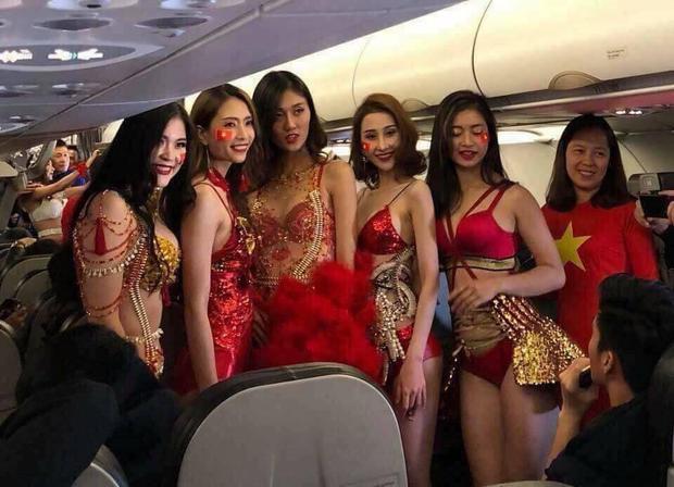 Dàn mỹ nhân chân dài do BTC chuẩn bị xuất hiện trên chuyến bay.