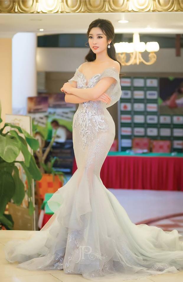 Thế nhưng khi Đỗ Mỹ Linh diện lên thì tình thế lại đảo ngược. Hoa hậu Việt Nam khéo léo khoe bờ vai trần quyến rũ trong khi đó Khánh Phương chọn kiểu tóc để che mất đi lợi thế này.