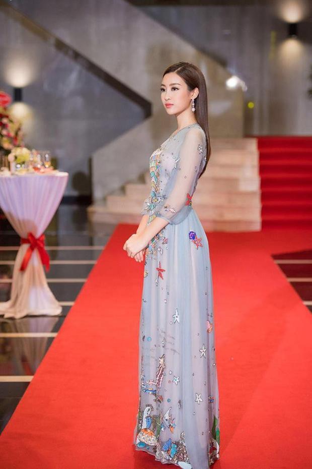 Nàng hậu của chúng ta quá đỗi thuần khiết nhẹ nhàng trong thiết kế váy mỏng manh này. Cùng với đó là cách trang điểm tự nhiên như, mái tóc để xõa điểm xuyết thêm khuyên tai dài thanh mảnh, nàng hậu của chúng ta đẹp không tỳ vết trong sự kiện này. Đúng là Văn Mai Hương không may thật, đụng ai không đụng lại đụng hàng ngay Hoa hậu Việt Nam thì so làm sao được.