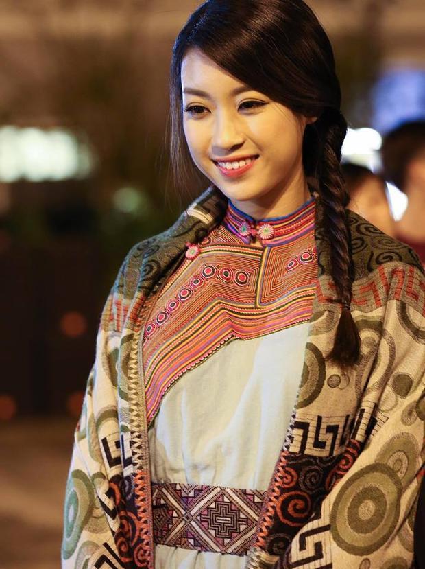 Bên cạnh tóc xoăn bồng bềnh, người đẹp họ Đỗ còn rất yêu thích kiểu tết đuôi sam.
