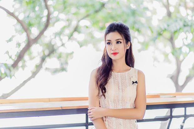 Kiểu tóc buộc nửa đầu mang lại cho Hoa hậu Đỗ Mỹ Linh sự điệu đà, duyên dáng tối đa. Có thể nói, với kiểu tóc này phái mạnh dễ bị cuốn hút và thu phục.
