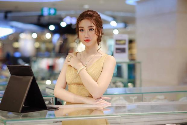 Kiểu tóc búi này được khá nhiều sao Việt lựa chọn, bởi vẻ trẻ trung, gọn gàng và thoáng mát, có thể phù hợp với mọi loại trang phục.