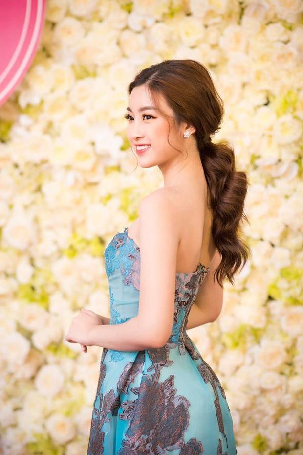 Gương mặt trái xoan cùng nét diệu dàng của Mỹ Linh được phát huy khi cô chọn kiểu tóc búi thấp, phần mái ôm sát đầu giúp cô khoe đường nét khuôn mặt thanh tú.
