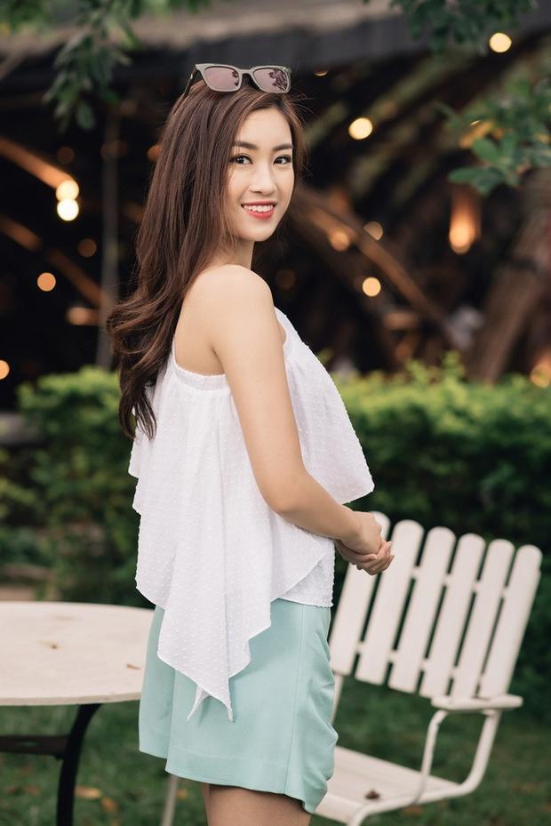 Mái tóc xoăn dài bồng bềnh là lựa chọn số một của Hoa hậu Mỹ Linh để khoe vẻ ngoài xinh đẹp, dịu dàng của mình. Tóc xoăn dài cũng có thể giúp cô nàng biến hóa phong cách từ nữ sinh nhí nhảnh đến quý cô sành điệu.