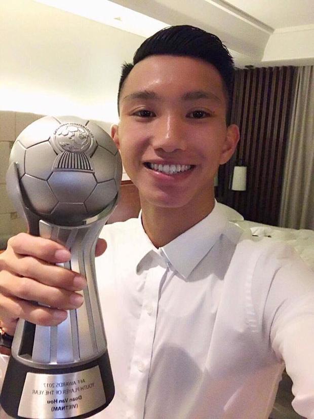 Cầu thủ nhỏ tuổi nhất của đội tuyển U23 Việt Nam -Đoàn Văn Hậu - cũng không phải dạng vừa khi xét về vẻ điển trai. Anh diện sơ mi trắng cài cúc thế này đã thu hút bao ánh nhìn của chị em.
