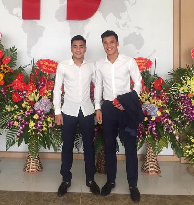 Cùng diện sơ mi trắng, hai anh em đồng thời cũng là 2 cầu thủ xuất sắc của U23 Việt Nam Tiến Dũng - Tiến Dụng mỗi người một vẻ nhưng vô cùng lịch lãm.