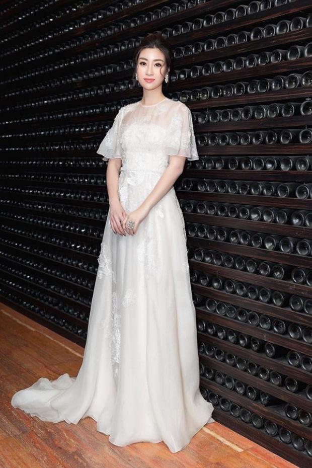 Những chiếc váy trắng luôn đem đến hình tượng nhẹ nhàng, thanh khiết cho người mặc. Vốn sở hữu gương mặt trái xoan cùng đôi mắt to, làn da trắng sứ, Đỗ Mỹ Linh trông vô cùng nổi bật khi diện đầm trắng. Đơn cử như với chiếc đầm xòe được đính kết tỉ mỉ này, có nhận định người đẹp xinh như công chúa thì cũng chẳng ngoa.