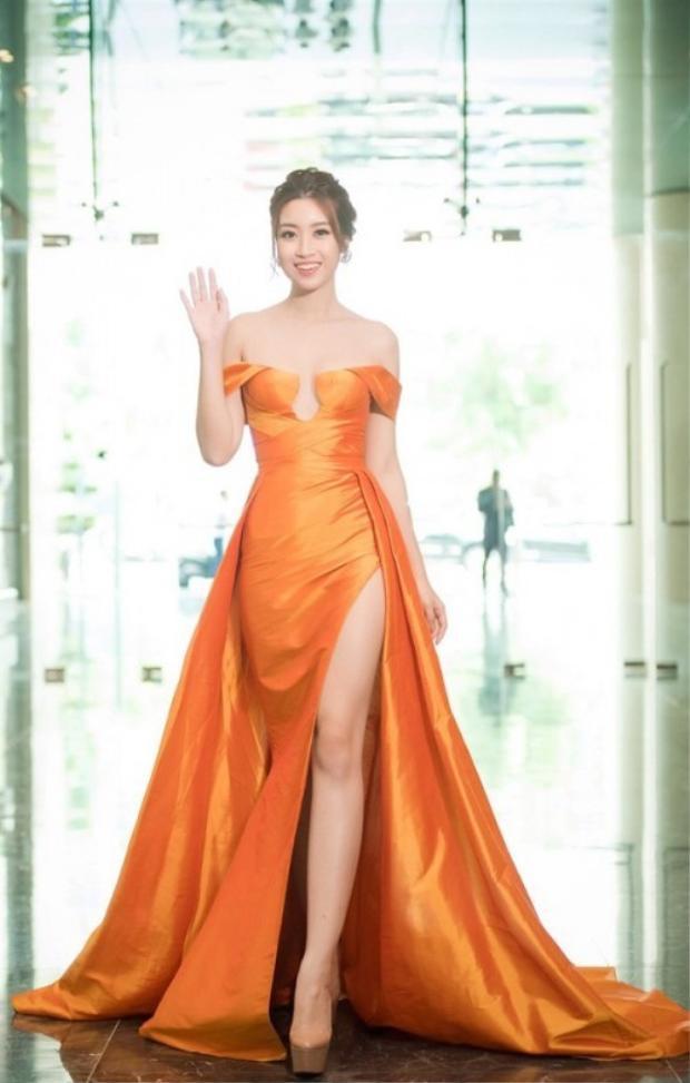 Chiếc váy màu vàng cam với đường xẻ cao bất tận giúp người đẹp khoe khéo đôi chân dài thẳng tắp mà không hề phô phang, phản cảm.