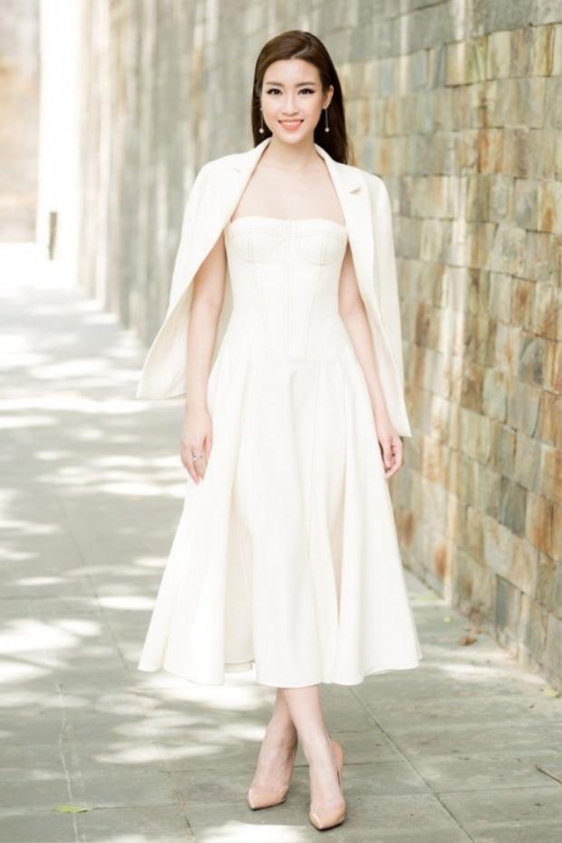 Khi không chọn các thiết kế đính kết, Hoa hậu Việt Nam 2016 vẫn vô cùng thanh tao trong chiếc váy trắng cúp ngực, được khoác hờ chiếc áo vest cách điệu.