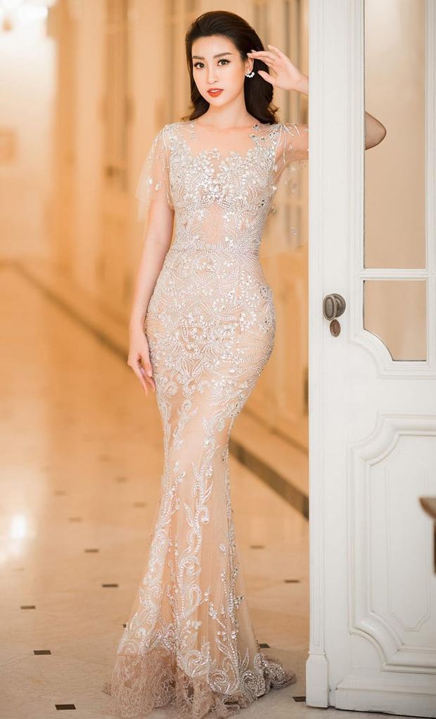 """Không chỉ đẹp khi diện đầm xòe, chiếc váy ôm chất liệu xuyên thấu cũng giúp tôn lên các số đo """"chuẩn"""" của người đẹp sinh năm 1996. Các chi tiết đính kết sang trọng góp phần khiến chiếc váy không phô phang, hở bạo mà trở nên quyến rũ hơn bao giờ hết."""