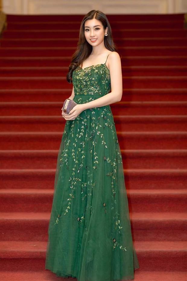 """Không chỉ đẹp khi diện váy trắng, Đỗ Mỹ Linh cũng xinh đẹp hết """"nấc"""" khi lựa chọn các thiết kế váy màu, đính hoa nhẹ nhàng."""