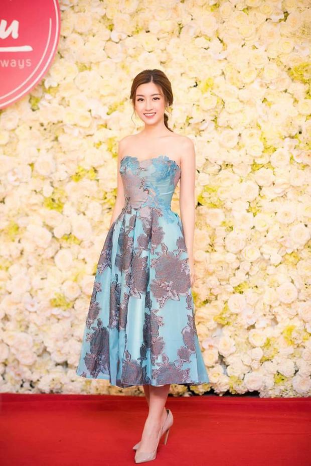 Tiếp tục diện 1 thiết kế váy đính kết, tuy nhiên, lần này không phải đính hạt mà là đính ren.