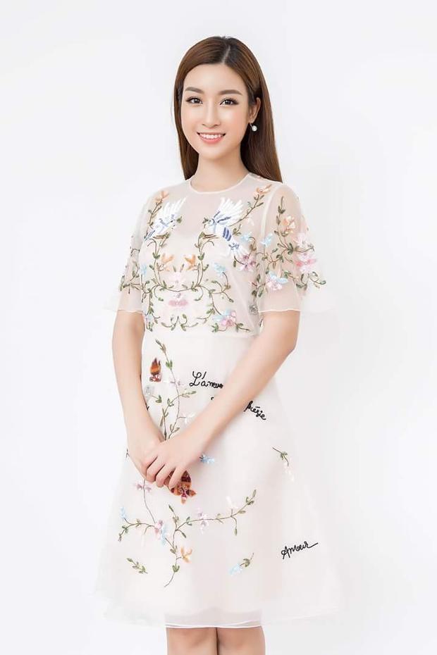 Hay đính hoa ngập tràn cả chiếc váy, diện kiểu nào, Đỗ Mỹ Linh vẫn vô cùng xinh đẹp.
