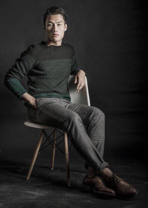 """Từng dính nhiều scandal với các chân dài nổi tiếng showbiz Việt nhưng Mạc Hồng Quân vẫn duy trì hình ảnh trong mắt fan Việt. Sỡ hữu chiều cao mơ ước (1,80 m) và ngoại hình chuẩn """"soái ca"""", anh thường diện những trang phục đơn giản như: áo thun, quần jeans. Áo vest, sơ mi ôm sát cơ thể cũng được anh ưu tiên."""