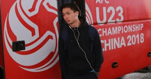 """Nhưng trở về từ giải U23 châu Á, Phượng là người buồn nhất. Anh từng là ngôi sao một thời với hàng trăm ngàn người vây quay, giờ lại lẻ loi. Dù rằng, ở giải lần này, Phượng thi đấu cũng rất xuất sắc. Anh chính là """"chim mồi"""" để các đồng đội tỏa sáng. Ảnh: Zing"""
