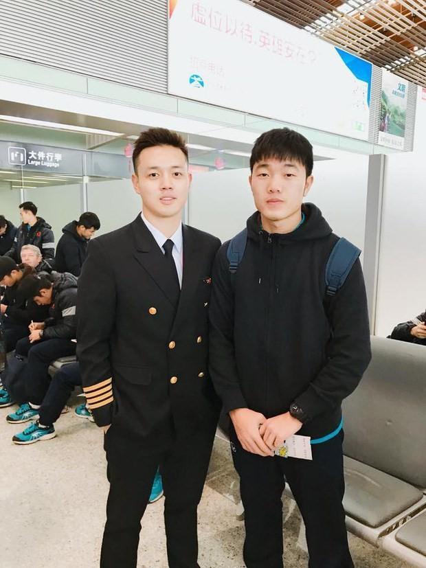 """Không chỉ khi chụp ảnh với các mỹ nhân, đứng cạnh """"mỹ nam"""" cơ trưởng đẹp trai, đội trưởng U23 cũng chỉ có 1 biểu cảm và tạo dáng chắp tay quen thuộc."""