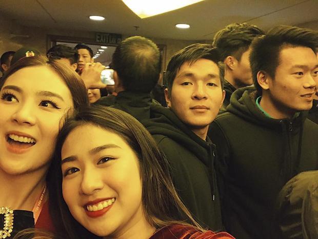 Gương mặt hào hứng vì được chụp ảnh cùng các cầu thủ của đội tuyển Việt Nam.