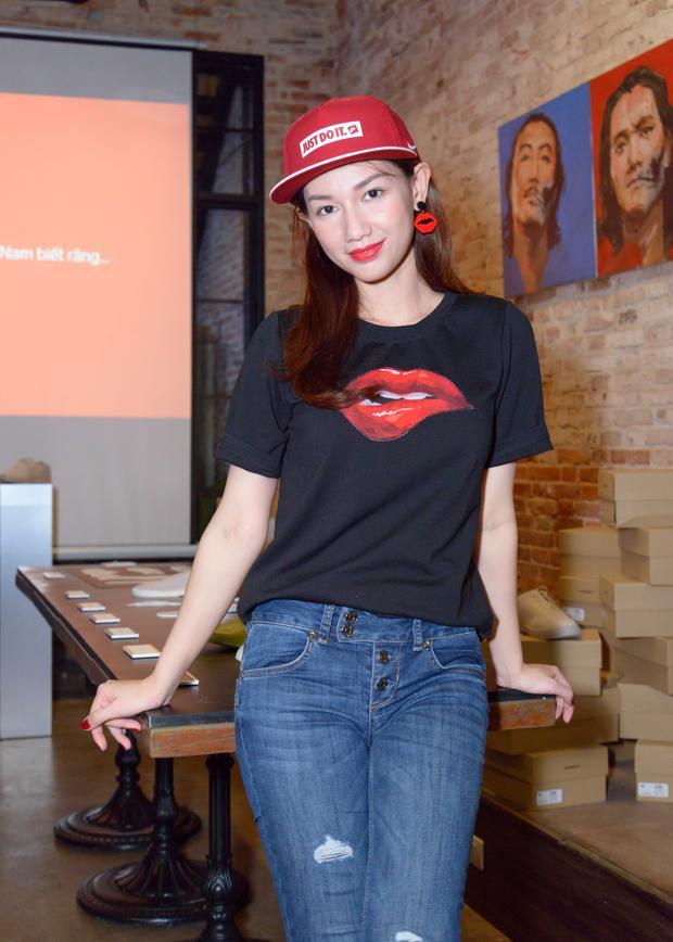 """Kể từ sau ly hôn, Quỳnh Chi trở lại với các hoạt động showbiz, cô chăm chỉ dự sự kiện, cũng như đảm nhận vai trò MC ở nhiều sự kiện. Thời gian gần đây, """"bà mẹ một con"""" hướng đến hình tượng nóng bỏng, quyến rũ. Cô thường xuyên xuất hiện với những bộ cánh cắt xẻ gợi cảm, theo kịp xu hướng sexy trong Vbiz."""