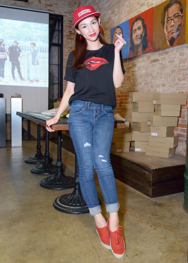 Phía sau sân khấu, cô thường chọn những đôi giày đế bệt để tạo sự thoải mái, tự tin khi di chuyển. Diện bộ cánh trẻ trung, hiện đại, Quỳnh Chi cũng dễ dàng lựa chọn đôi giày tông đỏ phù hợp với trang phục.