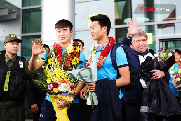 Những đoá hoa tươi thắm được trao cho các cầu thủ, vinh danh những màn thể hiện xuất sắc của họ trong giải đấu vừa qua.