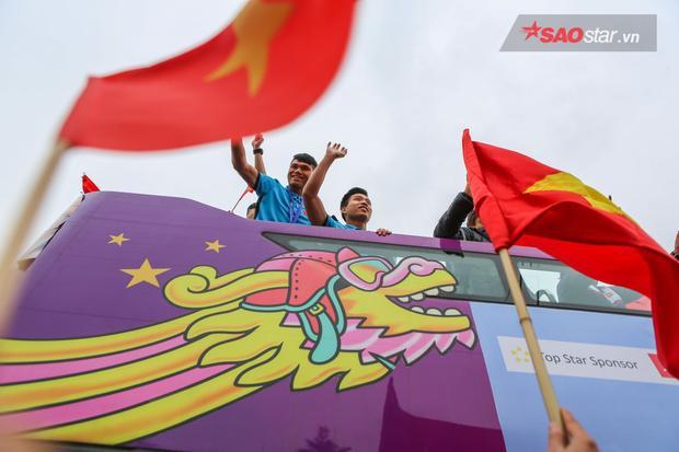 Các cầu thủ đứng trên xe buýt 2 tầng, giơ tay vẫy chào người hâm mộ trong suốt chặng đường 30km từ sân bay về nội thành.