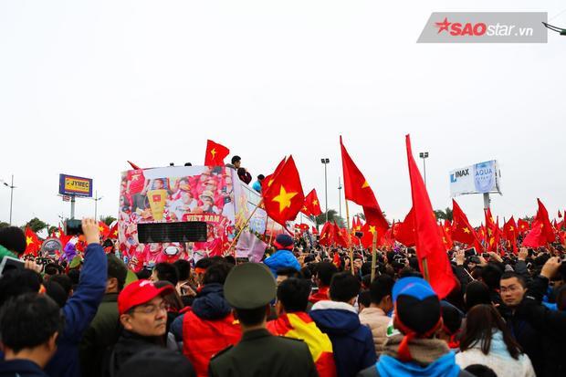 Nhìn những hình ảnh này mới thấy người hâm mộ Việt Nam cuồng nhiệt và yêu bóng đá như nào. Trong lịch sử, chưa từng có đội bóng nào chỉ giành ngôi vị thứ 2 mà được chào đón như U23 Việt Nam.