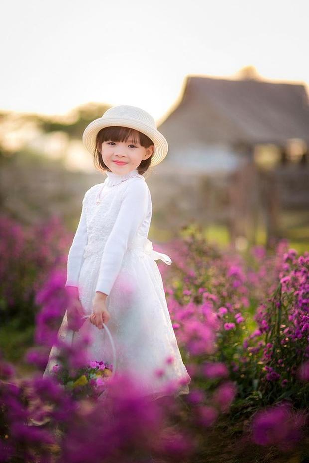 Ánh mắt trong veo, nụ cười tươi đáng yêu của Tuệ Lâm khiến dân mạng thích thú.