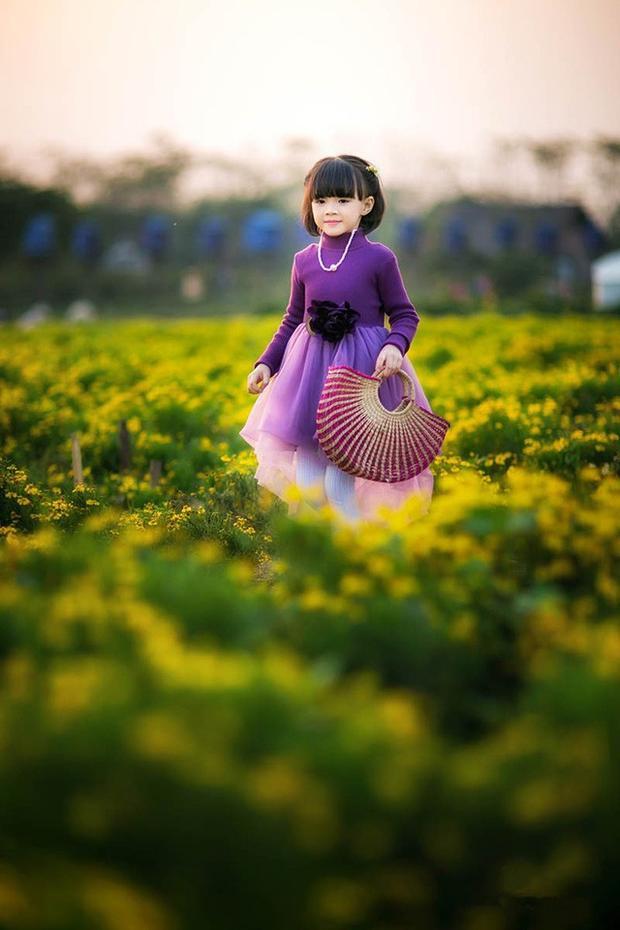 Bộ ảnh của Tuệ Lâm được thực hiện ở thảo nguyên hoa Long Biên.