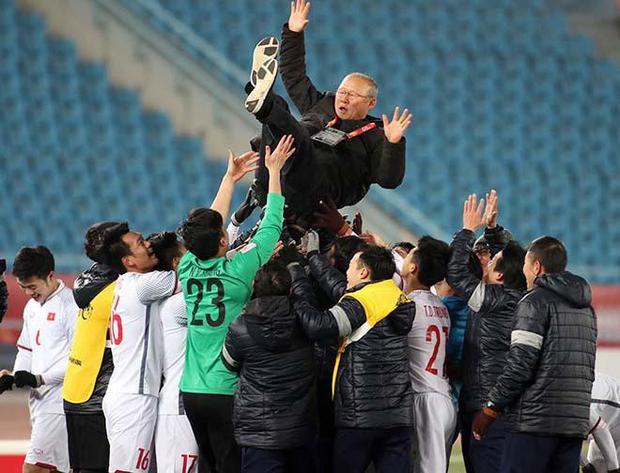 Các cầu thủ tung hô HLV Park sau trận gặp Qatar