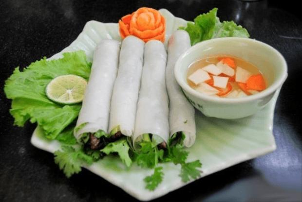 Món ăn cũng chẳng có gì là khó làm nhưng lại thu hút thực khách bởi sự lạ miệng, hương vị và phong cách đặc biệt của riêng nó.