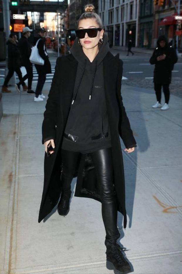 Nàng mẫu tự tin diện nguyên cây đen cá tính nhờ sự kết hợp của leggings da đen với áo hoodie bên trong. Khoác chiếc áo coat bên ngoài không vì mục đích giữ ấm thì cũng giúp khổ chủ lịch sự và phong cách hơn hẳn.