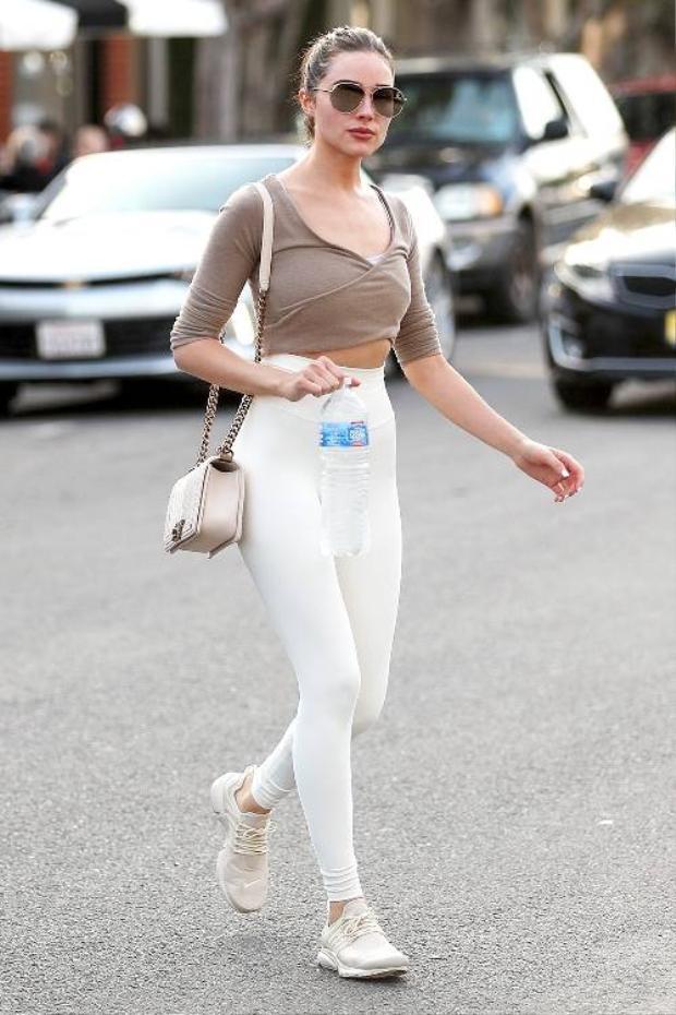 Crop-top và leggings là sự kết hợp hoàn hảo để khoe khéo 3 vòng. Crop-top có thể kết hợp với nhiều loại phong cách đặc biệt là leggings, outfit này mang hơi hướng khỏe khoắn, năng động có thể diện khi gặp bạn bè hay những sự kiện ngoài trời.