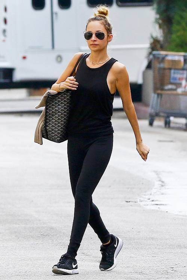 Áo thun 3 lỗ kết hợp với leggings là sự lựa chọn hàng đầu cho những cô nàng thể thao vì tính chất thoải mái và năng động.