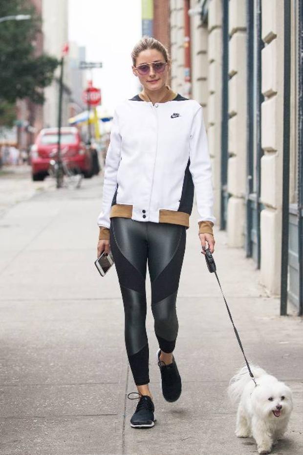 Leggings thể thao có thể kết hợp với chiếc áo bomber sporty nếu không muốn lộ chiếc áo ngắn bên trong. Dù diện áo dài hay ngắn thì vẫn phải luôn đảm bảo chiếc leggings không được quá mỏng.