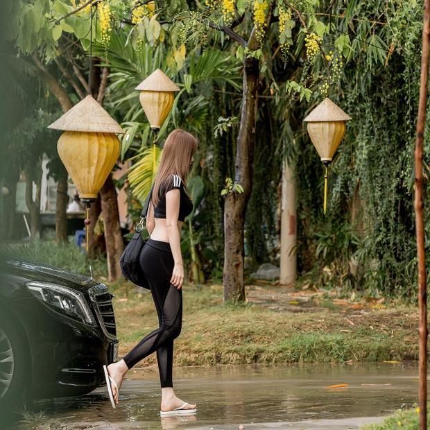 """Là """"fan"""" ruột của bộ môn Yoga, Ngọc Trinh thường xuyên diện leggings ra ngoài kể cả khi không đi tập."""