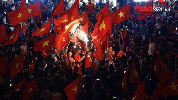 Pháo sáng được đốt trong màn ăn mừng U23 Việt Nam vào trận chung kết.