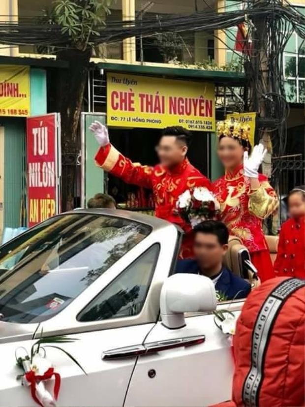 Cặp đôi diễu hành trên ô tô.