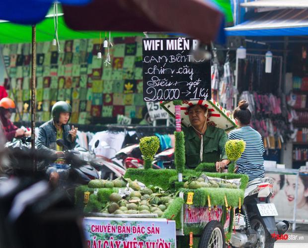 Giữa Sài Gòn bộn bề toan lo, hình ảnh chiếc xe màu xanh với biển wifi miễn phí, chiếc nón xốp tự chế cùng dàn âm thanh vui tai khiến người ta có cảm giác thật dễ chịu.