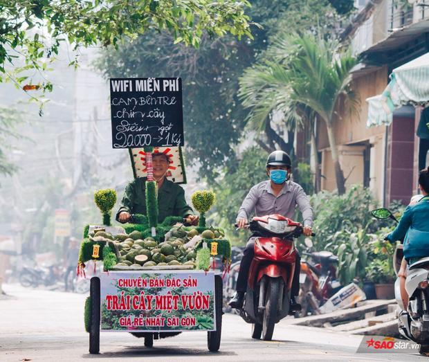 Chiếc xe màu xanh đáng yêu chuyên bán trái cây miệt vườn khiến người Sài Gòn sẽ bất giác mỉm cười nếu bắt gặp.