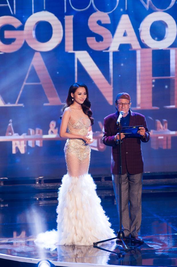 Cô vô cùng nổi bật trên sân khấu lễ trao giải với vai trò khách mời.