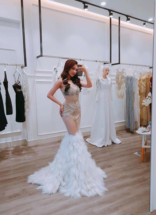 Để chọn bộ cánh này cô cũng đã dành thời gian đến tận Showroom của NTK Lê Ngọc Lâm thử trang phục.