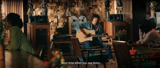 Chàng lãng tử với chiếc đàn guitar.