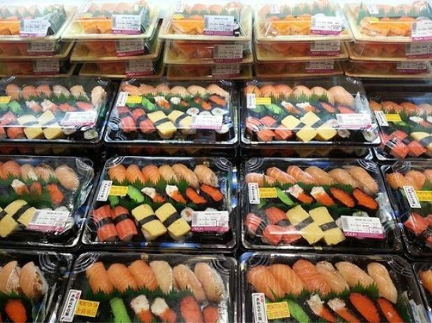 Set sushi được bày bán trong siêu thị.