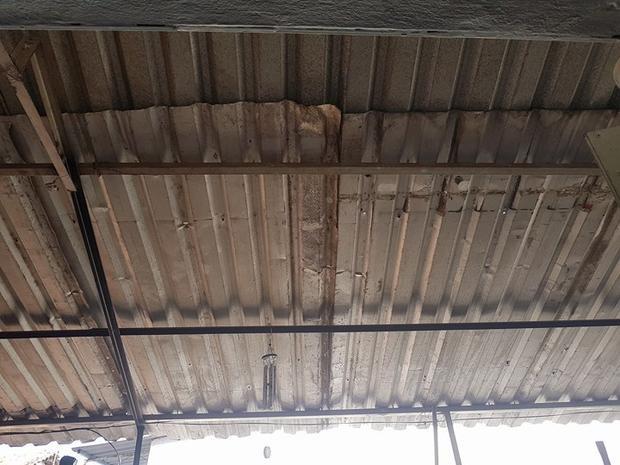 Mái hiên rộng rãi chủ nhà làm lại.