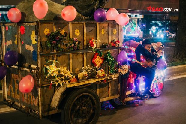 Chiếc xe giường như mang theo không khí Tết Nguyên đán đi khắp phố phường Sài Gòn.