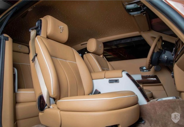Nội thất xe mang màu beige (be) nhẹ nhàng, kết hợp cùng những chi tiết phụ mang màu trắng tinh khiết.