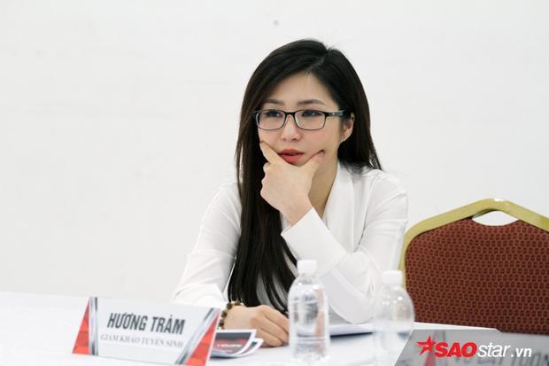 Hương Tràm gây chú ý không chỉ bởi ngoại hình xinh đẹp mà còn nhờ những nhận xét chân thành cho thí sinh.