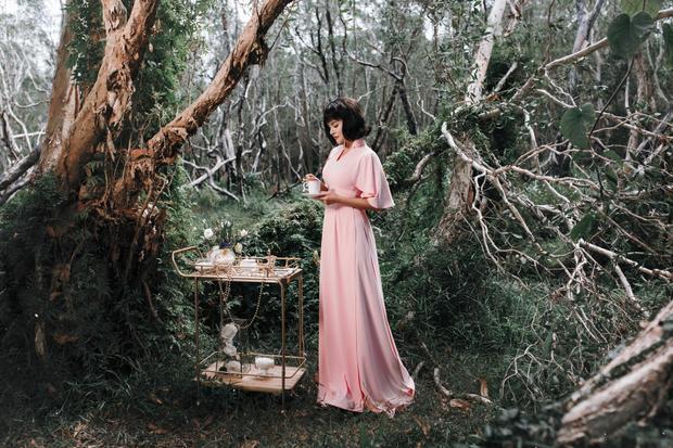 Bộ sưu tập áo dài được chính tay cô chắp bút thiết kế với những đường cut-out tinh tế.