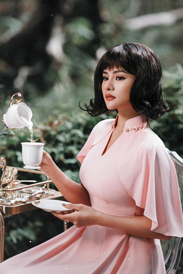Để truyền tải toàn vẹn thông điệp của bộ sưu tập áo dài 2018, đích thân NTK Vũ Thu Phương đã đảm nhận vai trò người mẫu của bộ hình.