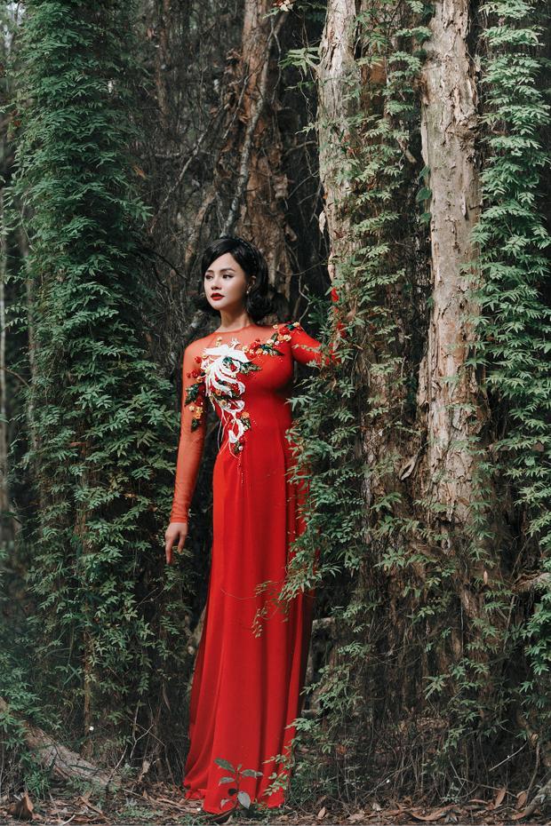Qua hình ảnh chim Phượng hoàng tung cánh giữa cỏ cây hoa lá, NTK Vũ Thu Phương muốn truyền tải thông điệp về một thương hiệu thời trang Việt có thể ngày càng bay cao bay xa hơn nữa không chỉ trong nước mà còn trên trường quốc tế.